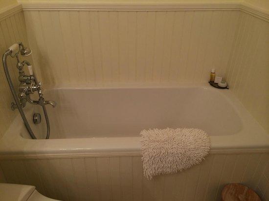 Blantyre: Deep soaking tub in one of the bathrooms