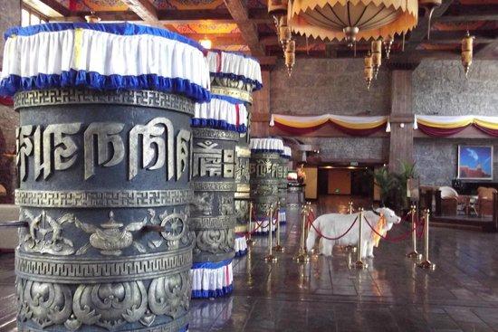 Holiday Inn Jiuzhai Jarpo: Lobby with Tibeten prayer wheels