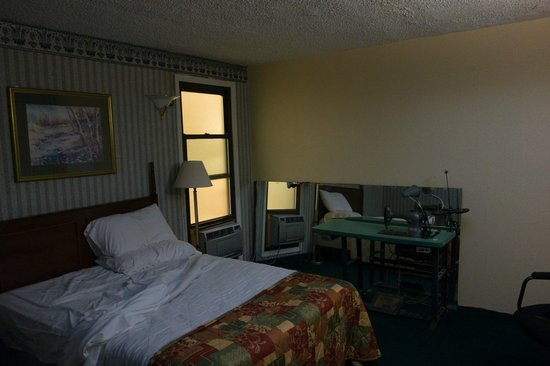 JFK Inn: view on sewing machine, 24h lit window & the noisy bed lamp