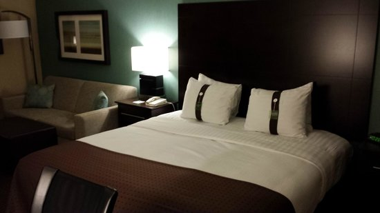 Holiday Inn Pointe Claire Montreal Airport: King Bed & Couch