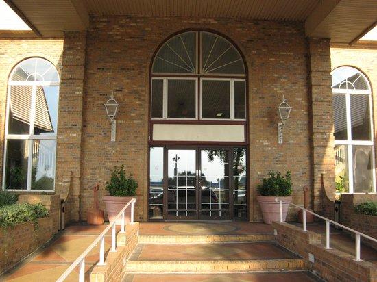 Americas Best Value Inn & Suites: Entrance