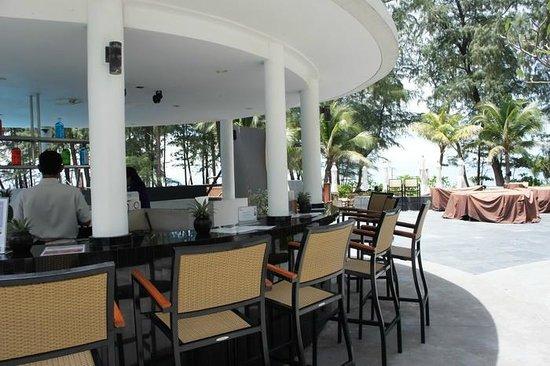 Holiday Inn Phuket Mai Khao Beach Resort: Pool bar
