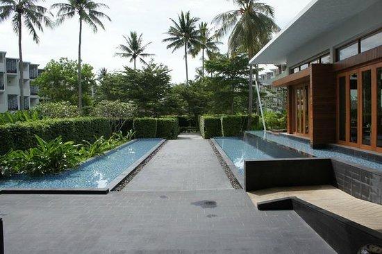 Holiday Inn Phuket Mai Khao Beach Resort: Walk way