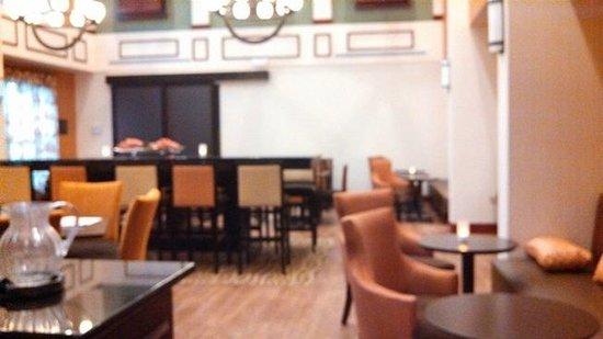 Hampton Inn & Suites Plymouth: breakfast area