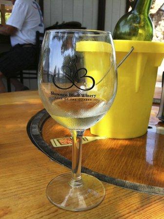 Shawnee Bluff Winery: Just chillin' w/a bit of wine