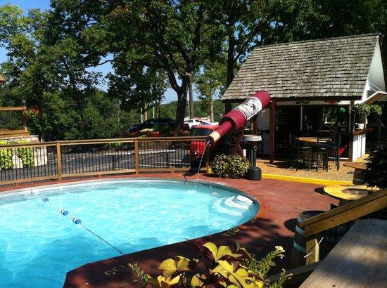 Shawnee Bluff Winery: Poolside