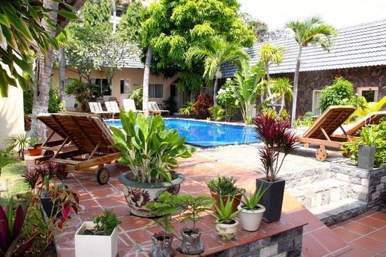 Xin Chao Hotel: Pool courtyard