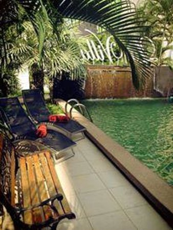 Hotel La Villa: ริมสระว่ายน้ำสบายๆ มีบริการนวดแผนไทยถึงในห้องพักส่วนตัว