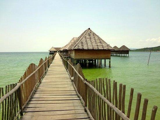 Telunas Beach Resort: Wooden Walkways