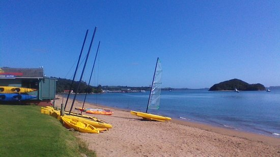 Paihia Harbour: relax on the beach