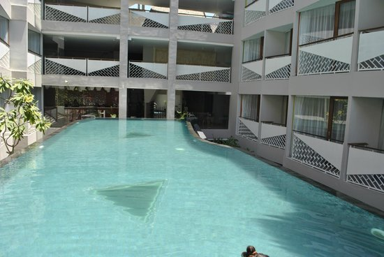 D Varee Diva Kuta Bali: The pool right in the middle of the hotel