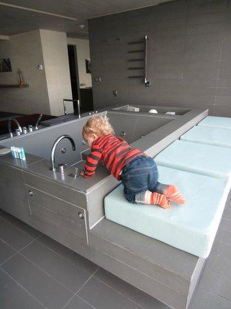 W Seoul Walkerhill: Big bathtub