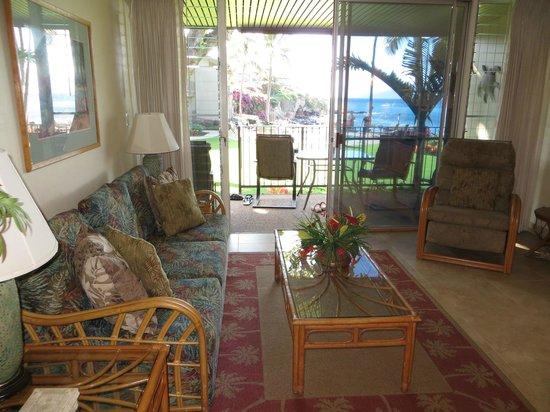 Honokeana Cove Condominiums : Living room - unit 111