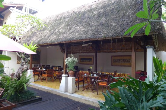 Lumbung Sari Cottages: Relaxing poolside restaurant