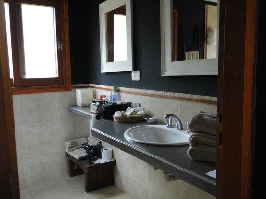 Raices Esturion Hotel: Cabaña, baño