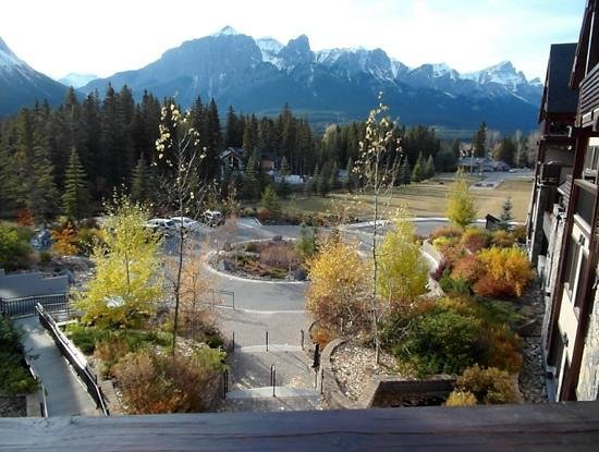 Rundle Cliffs Luxury Mountain Lodge: View from the hot tub deck