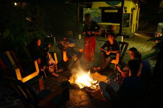 La Iguana Perdida Hotel: Bonfire outside on the patio