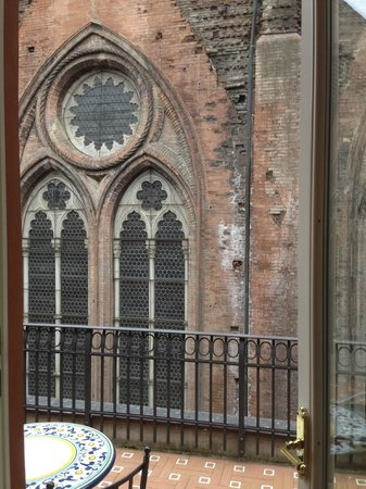 Art Hotel Commercianti : church windows you can almost touch on balcony