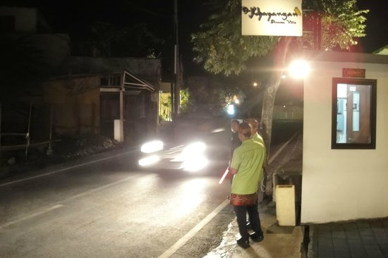 The Khayangan Villas: The Hotel Staff getting a Taxi for us