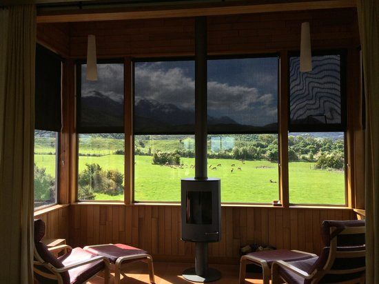 Hapuku Lodge: View from Fireplace with views of resident Deer