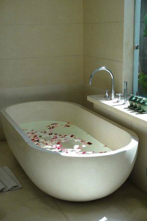 The Khayangan Villas: The Tub for Two in the Bathroom