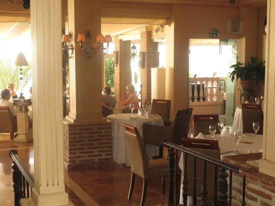 El Oceano Beach Hotel: A cosy restaurant