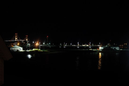 Mackinaw Beach and Bay - Inn & Suites : Room with a view at night