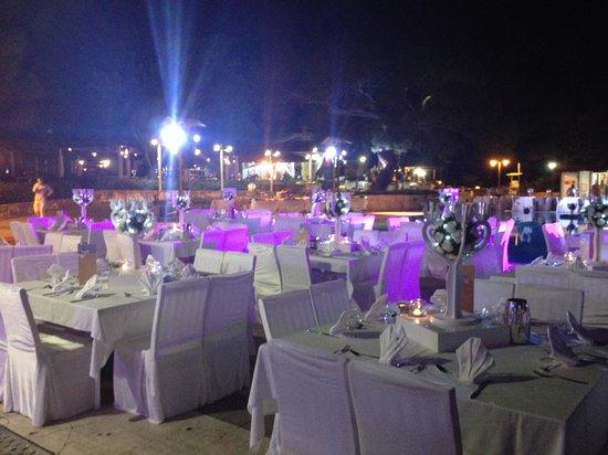 Club Med Kemer: Soirée blanche, repas autour de la piscine