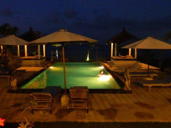 Uluwatu Cottages: view at night