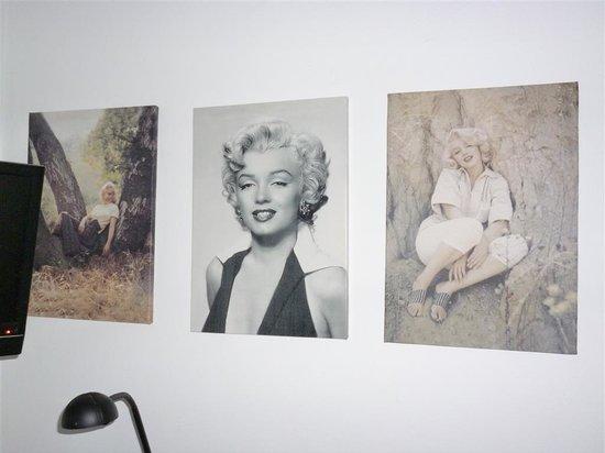 WestViolet Bed & Breakfast: Marilyn Munroe pictures on bedroom wall