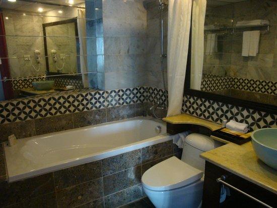Antique Hotel: De luxe bathroom
