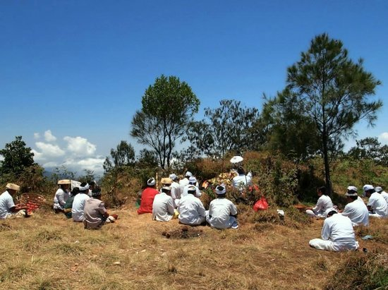 Bali Mountain Retreat : Ceremony on top of Mt Batukaru