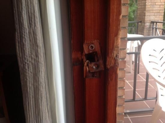 RV Hotel Condes Del Pallars: puerta del balcón que no cierra