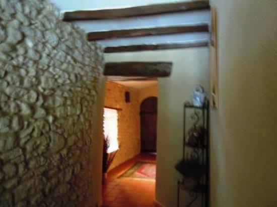 Le Mas Des Ozieres : couloir des chambres