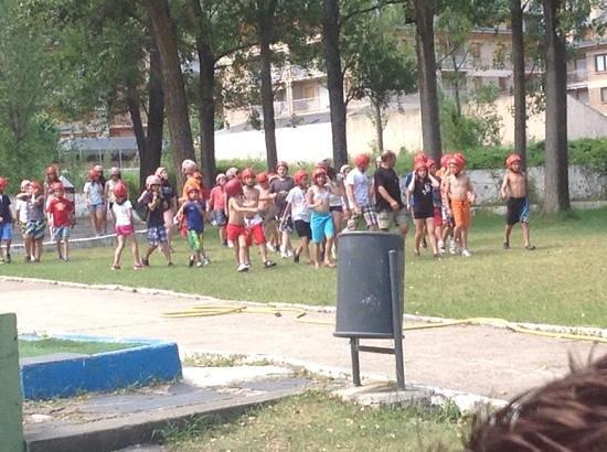 RV Hotel Condes Del Pallars: zona de piscina invadida por niños