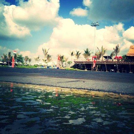 Komune Resort, Keramas Beach Bali: Low tide looking over reef at Komune