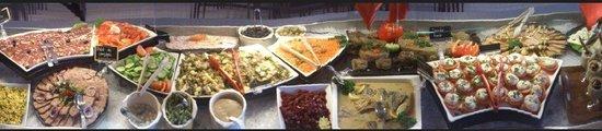Village Vacances Le Chablais : Le buffet d'entrées riches et variées