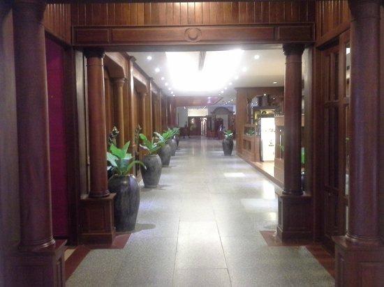 Borei Angkor Resort & Spa: Hotel corridors