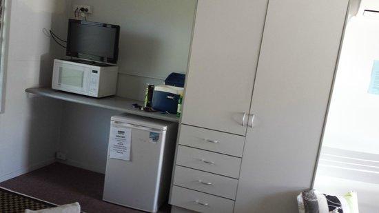 Bona Vista Motel: cupboard, fridge, microwave, tv