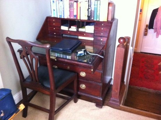 Henrietta House: Desk in our room
