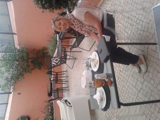 Lapa 82 - Boutique Bed & Breakfast : Breakfast in Lapa82 courtyard!