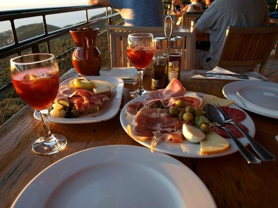 Mirador Ses Barques: The food and drink, apres the sunset.