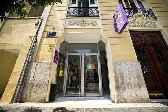 Purple Nest Hostel: Purple Nest entrance to the building