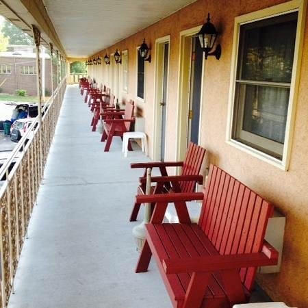 White Rose Motel: 2nd floor...benches outside every room