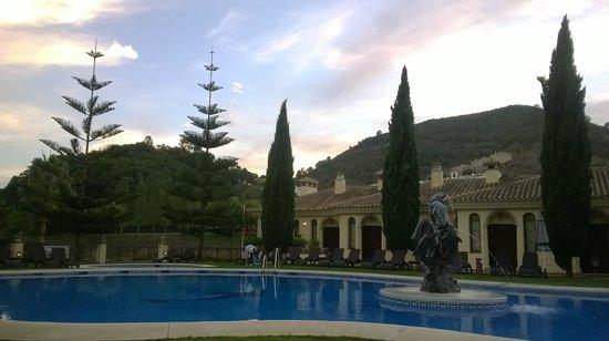 Gran Hotel Benahavis: Poolside view