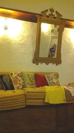 F Charm Hotel: divano