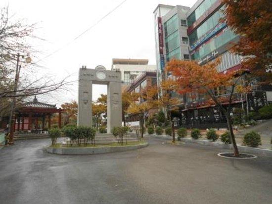Haeundae Dalmaji-gil Road: Cafes across the road