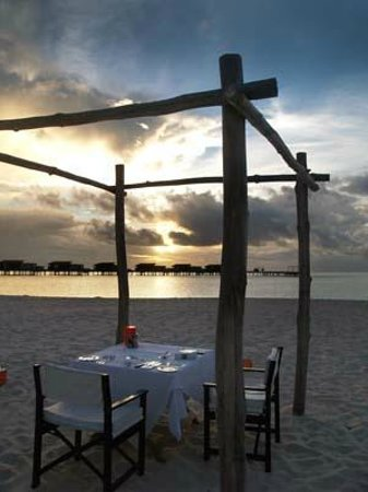 Park Hyatt Maldives Hadahaa: dining on the beach