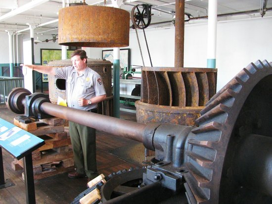 Lowell National Historical Park: Ranger explaining the turbine operation