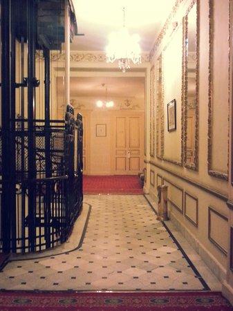 Paradise Inn Windsor Palace Hotel : hallway and elevator